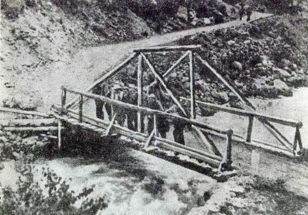 Через такие мосты вел путь в Приэльбрусье в тридцатых годах