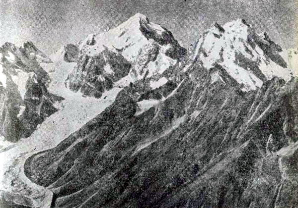 Четвертая по высоте вершина Кавказа - Коштан-тау. На переднем плане гора Уллу-аузен-баши