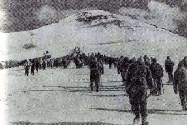 Участники полуторатысячной альпиниады Кабардино-Балкарии параллельными колоннами поднимаются на вершины двуглавого Эльбруса. Июль 1960 года