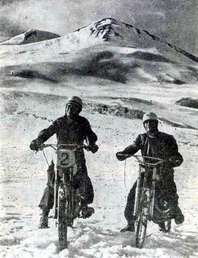 По ледникам и фирновым полям Эльбруса на мотоциклах: мастер спорта СССР Анатолий Гугуев (слева) и Амдул Паштов