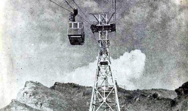 Эльбрусская маятниковая канатная дорога. Вагончик с туристами поднимается от станции «Азау» на «Кругозор»