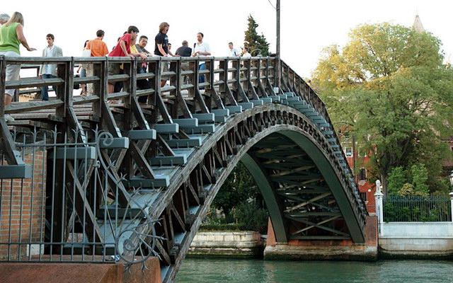 Мост Академии