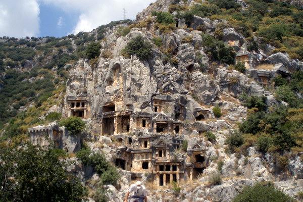 гробницы высечены прямо в скале
