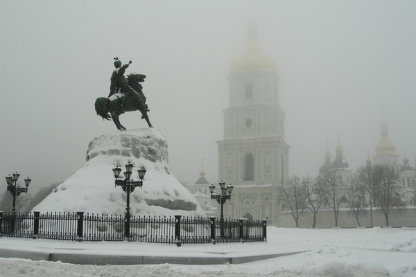 Киев зимой. Памятник Хмельницкому и София Киевская