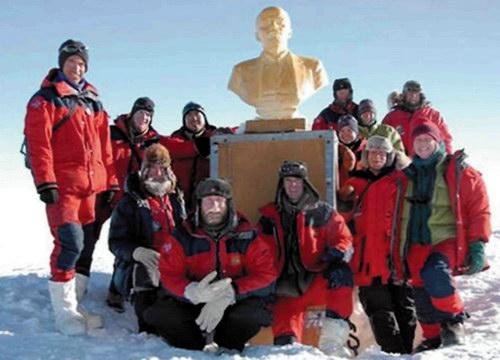 Туристы с бюстом В.И. Ленина на антарктической станции «Полюс недоступности»