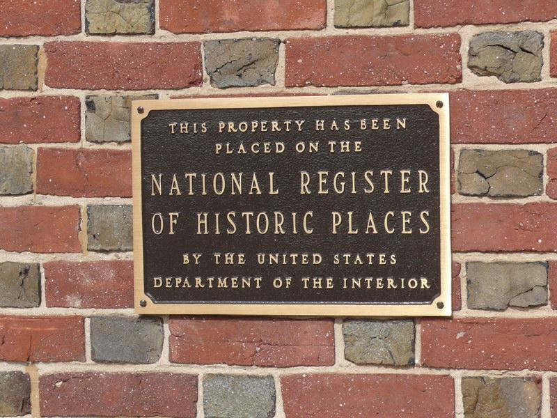 Информационная табличка о внесении здания в национальный реестр исторических мест