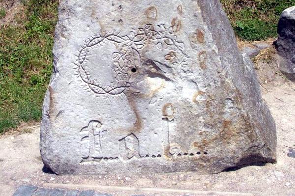 камень с венками