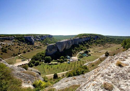 Вытянутая скала в центре снимка – Эски-Кермен