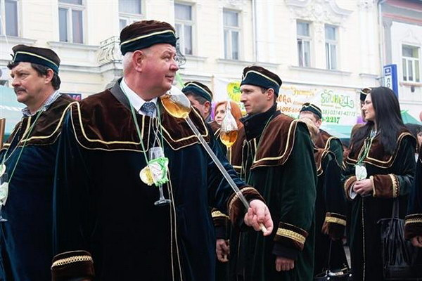 Фестивальное шествие виноделов