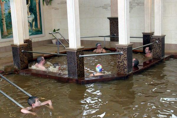 В термальном бассейне