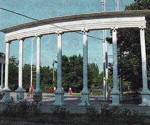 Вход в Приморский парк - любимое место отдыха местных жителей и гостей города