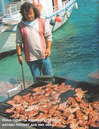 Пока туристы купаются, экипаж катера готовит для них обед