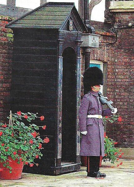 Еще один символ Лондона - гвардейцы в меховых шапках