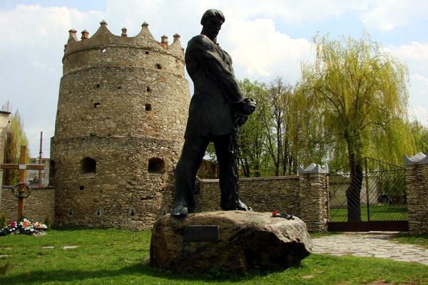 Летичевский замок и памятник Устиму Кармалюку