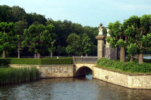 Французский парк вокруг замка