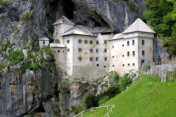 Предъямский замок (замок в пещере)