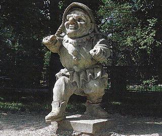 Один из каменных гномов, охраняющих сад Мирабель