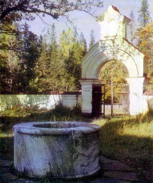 Скит Всех святых. Северные ворота и колодец