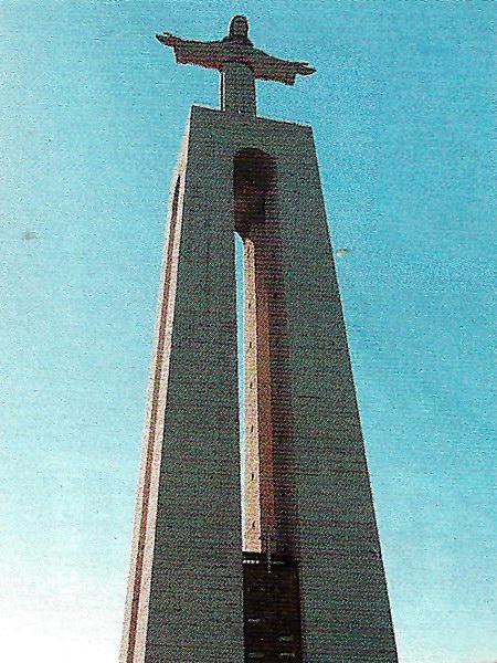 Статуя Христа достигает в высоту 35 м.