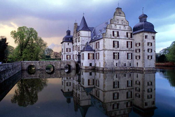 Замок на воде (Дом Дельвига)