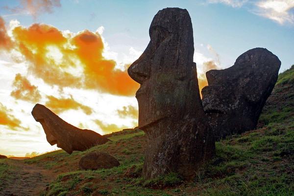 В разных концах острова Пасхи можно встретить гигантские статуи, ставшие для мира своеобразной визитной карточкой этой земли