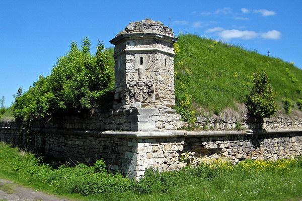 Оборонные сооружения Золочевского замка