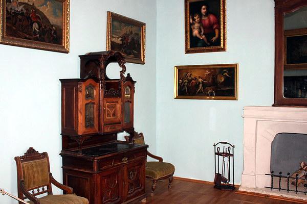 В экспозиционном зале Золочевского замка