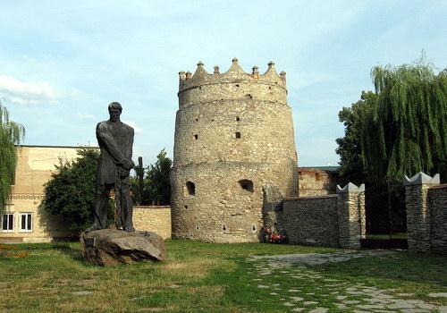 Летичівський замок і пам'ятник Устиму Кармалюку