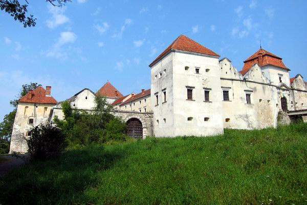 Замок в селі Свірж