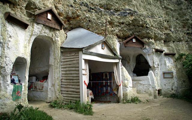Бакотський скельний монастир