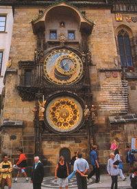 Годинникова башта Старомєстської ратуші - чеський туристичний хіт №1. Щогодини тут лунає передзвін астрономічного годинника. Поруч - так звана сфера, де особливий диск обертається між ляльок, показуючи фази Сонця і Місяця, а також середньоєвропейський та старобогемський (від ранку до вечора) час. Є тут і календар, розмальований найвідомішим чеським художником ХІХ століття Йозефом Манесом