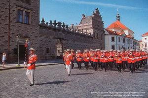 Військові музики йдуть парадом до Президентського палацу на чергову офіційну церемонію